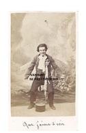 Originale Photo Cdv  C1870 Magicien Magician - Homme Faisant Un Tour Avec Chapeau Et Foulard - Aguillon - Laresch Lyon - Photographs