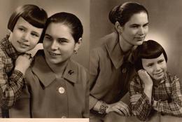 2 Photos Originales Mère-Fille Vers 1960/70 - Chignon, Bijoux & Boutons De Nacre - Personnes Identifiées