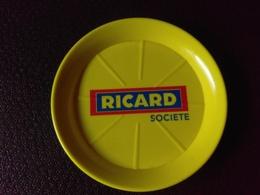 Ramasse Monnaie Rouge  Bleu Et Jaune RICARD Société - Assiettes