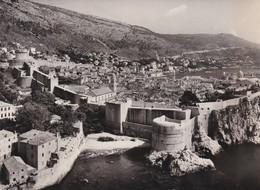 CPSM 10X15 . YOUGOSLAVIE . DUBROVNIK . Panoram ( Vue Aérienne Sur Ville Et Remparts ) - Yougoslavie