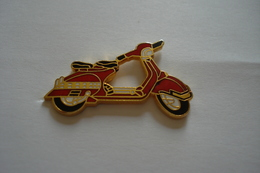 20180615-1808 PIN'S GENERIQUE VESPA SCOOTER MOTOCYCLETTE - Pin's