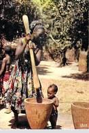 AFRIQUE En COULEURS - Africa In Pictures Pilage Du Mil (B)  -(bébé Nu  Pileuse )  *PRIX FIXE - Autres