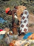 L'Afrique En Couleurs La Toilette De Bébé Baby's Dressing (enfant Bébés Jeune Maman  ) HOA-QUI N°3648 *PRIX FIXE - Cartes Postales