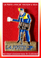 SUPER PIN'S LA POSTE LYON : FACTEUR à VELO POSTE LYON 08, émai Cloisonné Base Or Brut, Format 2,1X2,8cm - Mail Services