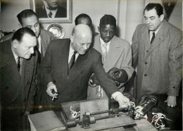 PHOTO ORIGINALE BOXEUR BASSETT PERCY PESEE DES GANTS AVEC LE PRESIDENT DE LA FEDERATION MR GREMEAUX FORMAT 18 X 13 CM - Boxing