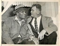 GRANDE PHOTO ORIGINALE BOXE  JERSEY JOE WALCOTT ET JIMMY BRADDOCK EN 1953 FORMAT  23.50 X 17.50 CM - Boxe