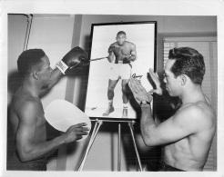 GRANDE PHOTO ORIGINALE   BOXEUR GEORGE ARAUJO 1953 FORMAT 23 X 18 CM - Boxing
