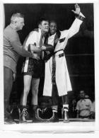 GRANDE PHOTO ORIGINALE  BOXE TOMMY COLLINS ET JIMMY CARTER  1953 FORMAT 23 X 18 CM - Boxe