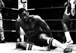 GRANDE PHOTO ORIGINALE  BOXE COMBAT NIGELL BENN CONTRE DAVID NOEL EN 1988  FORMAT 30 X 21 CM - Boxing