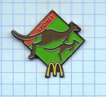 Pin's Pins /  McDONALD'S McDO Mac Donalds SYDNEY Kangourou & Bébé Kangourou / Signé Arthus Bertrand - McDonald's