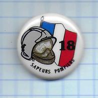 Pin's Pins /  THEME   POMPIERS : LE 18 CASQUE Drapeau / Rare Et De Belle Qualité - Bomberos