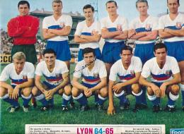 FOOTBALL : PHOTO, LYON 1964-1965, L'EQUIPE, AUBOUR, DI NALLO, RAMBERT, MIGNOT, MARGOTTIN, HATCHI... COUPURE REVUE (1964) - Calcio