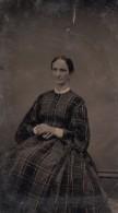 USA ? Portrait De Femme Assise Belle Robe Mode Ancien Ferrotype Photo 1880's - Photographs