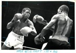 GRANDE PHOTO ORIGINALE BOXE TYRONE MCKNIGHT CONTRE  ERROL CHRISTIE  FORMAT 29.50 X 21 CM - Boxing