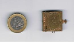 RELIGION = Joli Rétable Miniature En Laiton Avec 4 Photos De Lourdes  Livre De 2 Pages Qui Peut Se Porter En Pendentif - Autres Collections
