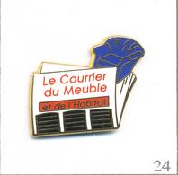 """Pin's Médias - Presse Ecrite / Magazine """"Le Courrier Du Meuble Et De L'Habitat"""". Est. AB. Paris. T603-24 - Medias"""