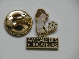 Pin's - Amicale Des EDUCATEURS FOOTBALL Joueur De FOOT - Associations