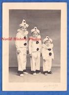 Photo Ancienne - Beau Portrait Studio De Petit Garçon En Costume - Enfant Boy Arlequin Chapeau Hat Frere Funny - Unclassified