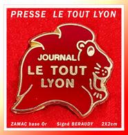 """SUPER PIN'S PRESSE : JOURNAL """"LE TOUT LYON"""" Journal D'actualité Et De Publication En ZAMAC Or BERAUDY Visuel LION, 2X2cm - Medias"""