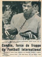 FOOTBALL : NESTOR COMBIN (LYON) FAISANT LA PUBLICITE POUR LES CHAUSSURES RESISTEX INTERNATIONAL, COUPURE REVUE (1961) - Autres