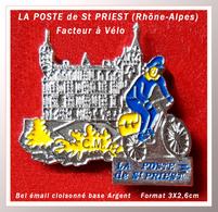 SUPER PIN'S LA POSTE-VILLE : St PRIEST(Rhône-Alpes), Facteur à Vélo Devant Le Château, émail Cloisonné Base Argent 3X2,6 - Mail Services