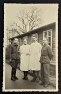 Photo Prisonnier De Guerre Dont Blouses Blanches Mention LAZARETT Cachet Censure STALAG IV A - Marcophilie (Lettres)