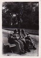 Foto 3 Deutsche Soldaten Auf Einer Parkbank - Éin Kleeblatt - Sept. 1941 - 8*5,5cm (35316) - Krieg, Militär
