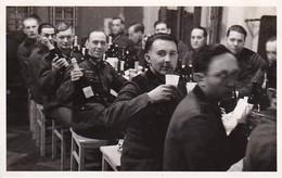 Ak Foto Deutsche Soldaten Beim Feiern - Photograph F. Thim, Wien Vorgartenstrasse - 2. WK (35326) - Weltkrieg 1939-45