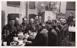 Ak Foto Deutsche Soldaten Bei Weihnachtsfeier - Weihnachten - Photograph F. Thim, Wien Vorgartenstrasse - 2. WK (35328) - Weltkrieg 1939-45
