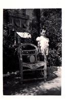Photo Originale L'Enfant Au Tambour, Fauteuil De Jardin En Osier Au Parc Vers 1940/50 - Objetos