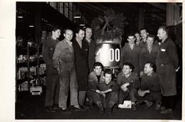 Photo Originale Ouvriers Posant Devant La 1000è Pièce De ? - Vue Sur Le Magasin & Mine Ravie Des Travailleurs - Vs 1950 - Métiers