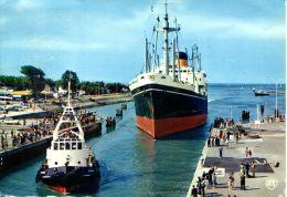N°1356 A GF-cpsm Ouistreham  Riva Bella -bateau Tracté Par Un Remorqueur Rentrant Dans Le Sas- - Remorqueurs