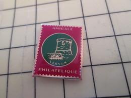 113a Pin's Pins / Beau Et Rare : Thème SAAOCIATIONS / CHATEAU TIMBRE-POSTE AMICALE PHILATELIQUE DE VERNON - Associations