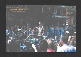 POLITIQUE - TROIS RIVIÈRES  1967 LE GÉNÉRAL CHARLES DE GAULLE QUI SALUT LA FOULE ET LE PREMIER MINISTRE  DANIEL JOHNSON - Personnages