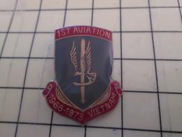 715c Pin's Pins / Beau Et Rare : Thème MILITARIA / 1s AVIATION 1966-1973 VIETNAM Une Branlée Mémorable - Army