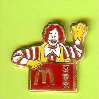 Pin's Mac Do McDonald's Clown Ronald Salue (Chine) - 7A16 - McDonald's