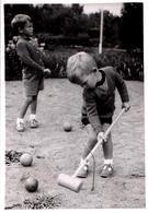 Photo Originale D'une Sérieuse Partie De Croquet Sur Sable - Sport Extérieur Pour Jeunes Enfants Sages Vers 1960 - Personnes Identifiées
