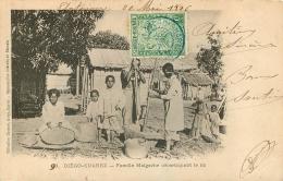 DIEGO SUAREZ  FAMILLE MALGACHE DECORTIQUANT LE RIZ - Madagascar