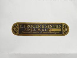 Plaque De Constructeur (no Pin's ), Matériel Agricole , Charrue E. Froger & Et Fils , Massignon , Feneu , Maine Et Loire - Villes