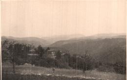 PHOTO DE 13 X 8.3 CM GARD AUJAC MAS DE L'HARBOUX ET SUR LA COLLINE VILLAGE DE SENECHAS - Places