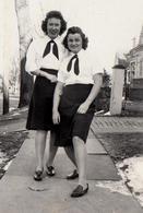 Photo Originale Pin-up Chic & Sexy Des U.S.A. Vers 1940 En Duo Montrant Ses Mollets - Pin-up