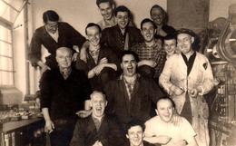 Carte Photo Originale Grosse Ambiance à L'Atelier De Mécanique - Métallos Braillant Bouche Ouverte Vers 1950/60 - Métiers