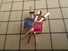1215a Pin's Pins / Beau Et Rare : Thème SPORTS / ESCRIME PRIEUR FABRIQUANT D'ARMES EPEE SABRE FLEURET - Fencing