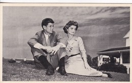 SENATOR JOHN F KENNEDY AND JACQUELINE BOUVIER CIRCA 1950's. CARD- BLEUP - Historische Figuren