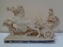 Escultura De Un Soldado Romano Con Carro De Dos Caballos. 38 X 13 X 24 Cm. 5 Kg. - Esculturas