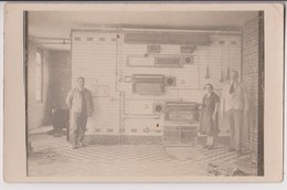 CARTE PHOTO ECRITE 1927 : ATELIER DANS UNE USINE - PATRON - LE CHEF - OUVRIERE - PORTAIL ROULANT ? - FOURS ? - 2 SCANS - - Cartes Postales