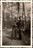 ! Kleines Foto, 2. Weltkrieg, Wehrmacht, Dolch, Dagger, Militaria, Uniform, Format 6 X 9 Cm - Blankwaffen