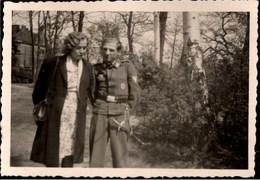 ! Kleines Foto, 2. Weltkrieg, Wehrmacht, Dolch, Dagger, Militaria, Uniform, Soldat, Format 6 X 9 Cm - Blankwaffen