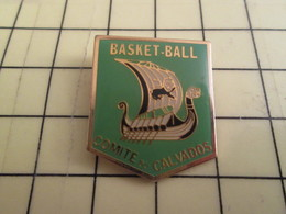 1215c Pin's Pins / Beau Et Rare : Thème SPORTS / BASKET-BALL COMITE DU CALVADOS DRAKKAR VIKING VOILIE NORMAND - Basketball