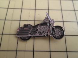 1315a Pin's Pins / Beau Et Rare : Thème MOTOS / GROSSE MOTO ROUTIERE NOIRE PEUT ETRE HARLEY-DAVIDSON - Motorbikes